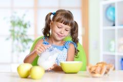 Enfant mangeant de la nourriture saine à la maison Image stock