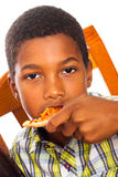 Enfant mangeant de la pizza Photographie stock libre de droits