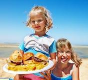 Enfant mangeant des aliments de préparation rapide. Photographie stock libre de droits