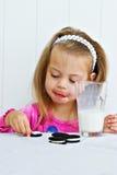 Enfant mangeant des biscuits Photos libres de droits