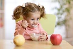 Enfant mangeant du yaourt photo libre de droits