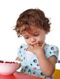 Enfant mangeant la baie Photos stock