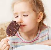 Enfant mangeant la crème glacée Photographie stock