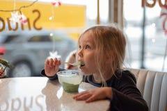 Enfant mangeant la crème glacée au wagon-restaurant images stock