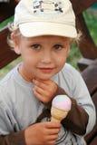 Enfant mangeant la crême glacée Image libre de droits