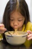 Enfant mangeant la nouille Images libres de droits