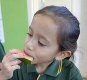 Enfant mangeant la pastèque. Images libres de droits