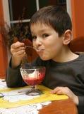 Enfant mangeant le dessert Image libre de droits