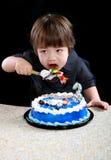 Enfant mangeant le gâteau images libres de droits