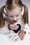 Enfant mangeant le médicament Images stock