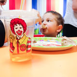 Enfant mangeant Mc Donald Photo libre de droits