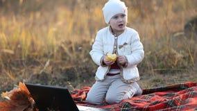 Enfant mangeant un Apple banque de vidéos