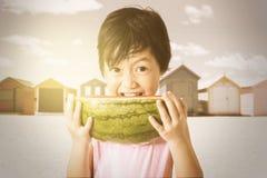 Enfant mangeant une pastèque fraîche Photographie stock libre de droits