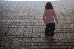 Enfant marchant à la lumière photographie stock