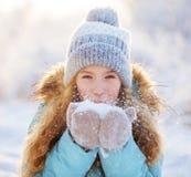 Enfant marchant au parc d'hiver photographie stock libre de droits