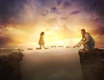 Enfant marchant aux pages au-dessus de la falaise Photo stock