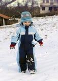 Enfant marchant dans la neige Photographie stock