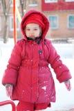 Enfant marchant en hiver Photographie stock libre de droits