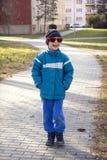 Enfant marchant en ville Photo libre de droits