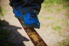 Enfant marchant sur une corde raide photos stock