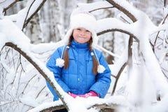 Enfant merveilleux dans les bois neigeux Photographie stock libre de droits
