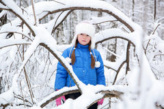 Enfant merveilleux dans les bois neigeux Photo stock