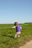 Enfant mettant la ligne en commun Photographie stock libre de droits