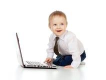 Enfant mignon à l'aide de l'ordinateur portatif Image stock