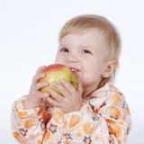 Enfant mignon avec la pomme rouge Image stock