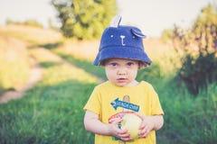enfant mignon avec le chapeau drôle image stock