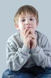 Enfant mignon dans des jeans Photos libres de droits