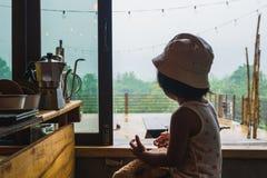 Enfant mignon dans le coffeeshop au vangvieng Laos photo stock