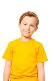 Enfant mignon dans le T-shirt jaune Images stock