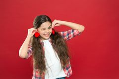 Enfant mignon de fille avec des coeurs Fille d'enfant avec le fond rouge de longs cheveux Célébrez le jour de valentines Coeurs e photos stock