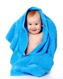 Enfant mignon enveloppé en essuie-main bleu Image stock