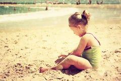 Enfant mignon jouant à la plage image filtrée, rétro style Image libre de droits