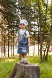 Enfant mignon jouant en parc Photos stock