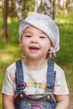 Enfant mignon jouant en parc Image stock