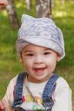 Enfant mignon jouant en parc Photo stock