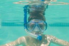 Enfant mignon posant sous l'eau dans la piscine Photo stock