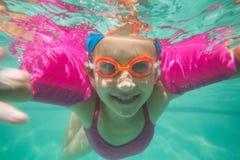 Enfant mignon posant sous l'eau dans la piscine Photographie stock libre de droits