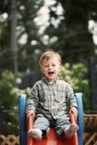 Enfant mignon sur la glissière Images libres de droits