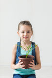 Enfant mignon tenant une usine mise en pot Photographie stock