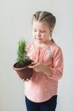 Enfant mignon tenant une usine mise en pot Photos libres de droits