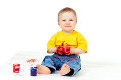 Enfant modifié heureux avec des peintures Photos stock