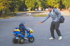 Enfant montant le tricycle électrique image stock