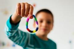 Enfant montrant le bracelet en caoutchouc Images libres de droits