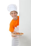 Enfant montrant sa pizza faisant cuire des qualifications Photo stock