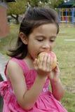 Enfant mordant grand Apple. Image stock