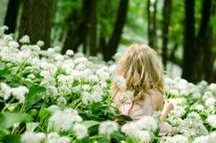 Enfant mystérieux dans le pré blanc Photos stock